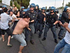 Firenze, ronde e aggressioni cinesi contro africani: scontri anche con la polizia