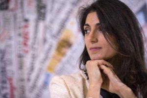 """Roma, Virginia Raggi cerca gli assessori: nessuno lo vuole fare """"stipendio troppo basso"""""""