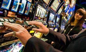 Giocatore medio italiano: uomo, giovane (o pensionato), appassionato di slot e televisione