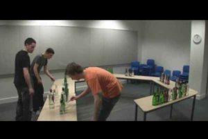 Suonano la Ciarda con 146 bottiglie: incredibile video realizzato da tre ragazzi irlandesi