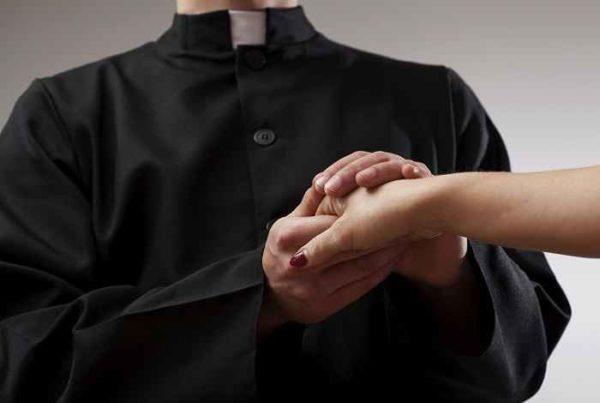 A letto con un prete, dopo lo scandalo di Don Andrea un'altra donna confessa