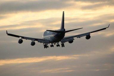Uomo ubriaco urina in aereo tra l'indifferenza dei passeggeri del volo (video)